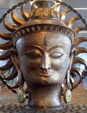 Surya, het grote gouden standbeeld in internationale Luchthaven van Delhi stock foto