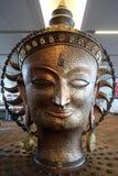 Surya, het grote gouden standbeeld in internationale Luchthaven van Delhi stock fotografie