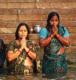 Surya Namaskar par des pélerins Image libre de droits