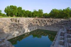 Suryakunda,水库有到达的步底部和许多小寺庙,太阳寺庙复合体 Modhera,马赫萨纳,古杰雷特 免版税库存照片