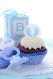 Sus magdalenas azules de una fiesta de bienvenida al bebé del muchacho Imagenes de archivo