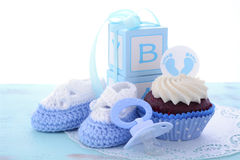 Sus magdalenas azules de una fiesta de bienvenida al bebé del muchacho Imagen de archivo libre de regalías