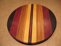 Plateau de présentation rotatif fait de bois. Photo stock