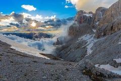 Suset i Dolomitefjällängar, Italien Royaltyfri Bild