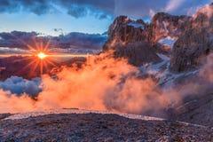 Suset nelle alpi della dolomia, Italia Immagini Stock