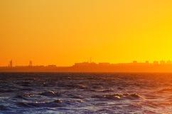 Suset urbano do mar Fotografia de Stock Royalty Free