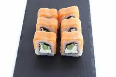 Sushi är en maträtt av japansk nationell kokkonst royaltyfria bilder