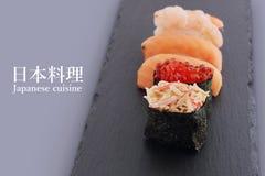 Sushi är en maträtt av japansk nationell kokkonst royaltyfria foton