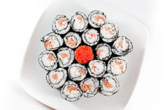 Sushi überziehen auf weißem Hintergrund, traditionelle Nahrung von Japan Stockbild