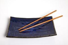 Sushi überziehen mit Ess-Stäbchen Stockfotos