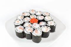 Sushi überziehen, traditionelle japanische Nahrung auf weißem Hintergrund Stockfotografie