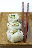 Sushi, 3 dans une ligne de plaque Photos stock