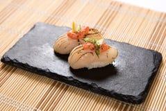 Sushi Aburi Nama Hotate (in Brand gesetzte frische Kamm-Muschel) Stockbilder