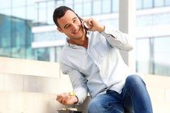 Sushi afastado antropófago feliz e fala no telefone celular na cidade fotografia de stock royalty free