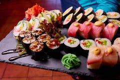 Sushi ajustado na ardósia de pedra preta fotos de stock royalty free