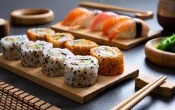 Sushi ajustado na placa de bambu foto de stock