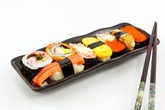Sushi, alimento tradizionale dei sushi giapponesi. Fotografia Stock