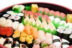Sushi angeordnet in einem traditionellen Sushitellersegment stockfoto