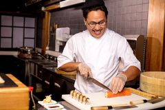 Sushi asiático considerável feliz do corte do homem imagens de stock royalty free
