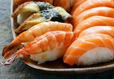 Sushi assortis avec les saumons, la crevette et l'anguille Images libres de droits