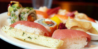 Sushi assortis d'une plaque Images stock