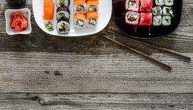 Sushi assortiti sui piatti e su uno spase del testo Immagini Stock Libere da Diritti