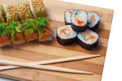 Sushi auf dem Bambusschneidebrett Lizenzfreie Stockfotografie