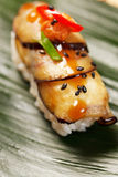 Sushi auf dem Blatt stockfotografie
