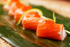 Sushi auf dem Blatt lizenzfreie stockfotos