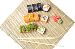 Sushi auf der Bambusmatte Stockbild