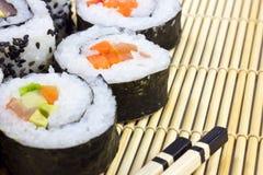 Sushi auf der Matte Lizenzfreie Stockfotos