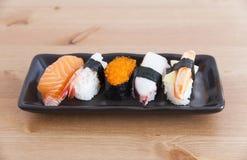 Sushi auf der Platte Stockfoto