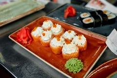 Sushi auf der roten Platte Lizenzfreie Stockbilder