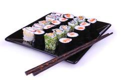 Sushi auf der schwarzen Platte Lizenzfreie Stockbilder