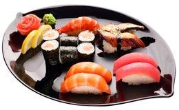 Sushi auf der schwarzen Platte Traditionelle japanische Nahrung Lizenzfreie Stockfotos