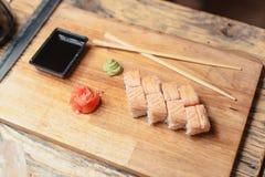 Sushi auf einem hölzernen Brett mit einem Fisch 4 Lizenzfreie Stockbilder