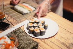 Sushi auf einem hölzernen Brett mit einem Fisch 12 Stockfotos