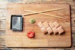 Sushi auf einem hölzernen Brett mit einem Fisch 2 Stockfotografie
