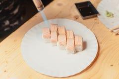 Sushi auf einem hölzernen Brett mit einem Fisch 7 Stockfotos