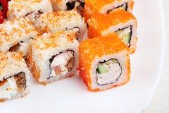 Sushi auf einem hellen Hintergrund, Nahaufnahme Stockfotografie