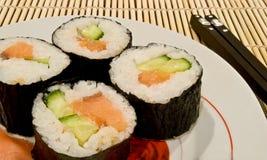 Sushi auf einem Teller und einer Ess-Stäbchennahaufnahme Lizenzfreies Stockfoto