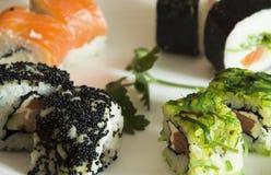 Sushi auf einer Platte Stockfoto