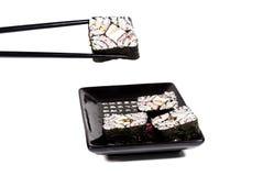 Sushi auf einer Platte auf einem Steuerknüppel stockbilder