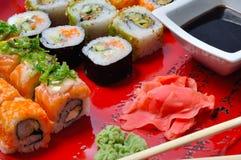 Sushi auf einer roten Platte Stockbild