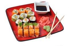 Sushi auf einer roten Platte Lizenzfreies Stockbild