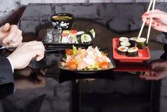 Sushi auf einer Tabelle in einer Gaststätte Stockbild