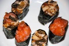 Sushi auf einer weißen Platte lizenzfreie stockbilder