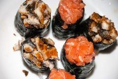Sushi auf einer weißen Platte lizenzfreie stockfotografie