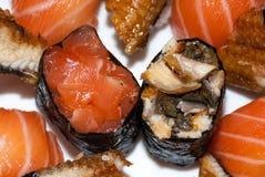 Sushi auf einer weißen Platte lizenzfreie stockfotos
