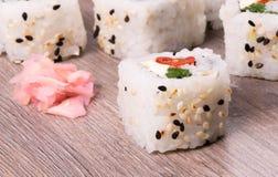 Sushi auf Holz lizenzfreies stockfoto